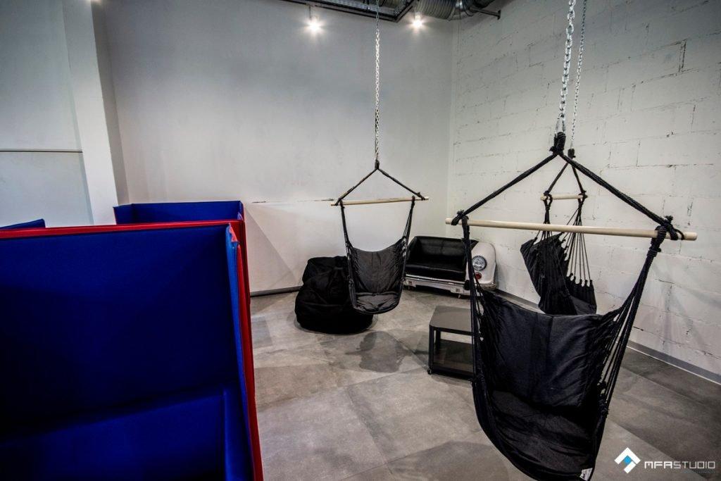 Strefa relaksu - podwieszane siedziska i boksy wygłuszające